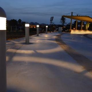 גופי תאורה ייחודיים המאירית את שבילי הגן
