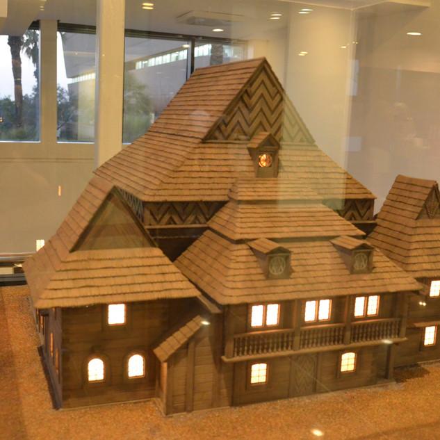 קופסת תצוגה מזכוכית, דגם בית כנסת מואר מבפנים.