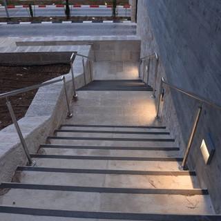 גרם מדרגות מואר באור בלתי ישיר