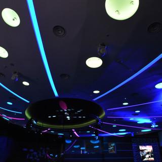 תאורת-לד של פסים ועיגולים בתקרה. מחליפה צבע לפי האווירה הרצויה