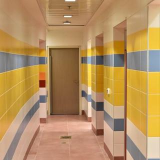 חדרי השירותים של הבריכה הטיפולית. אור בהיר - מדגיש את הצבעוניות