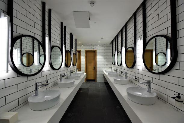 חדר שירותי-נשים. תאורה ייחודית מצידי המראות הכפולות, יוצרת אפקט זוהר
