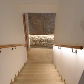תאורה נסתרת מלווה את גרם המדרגות
