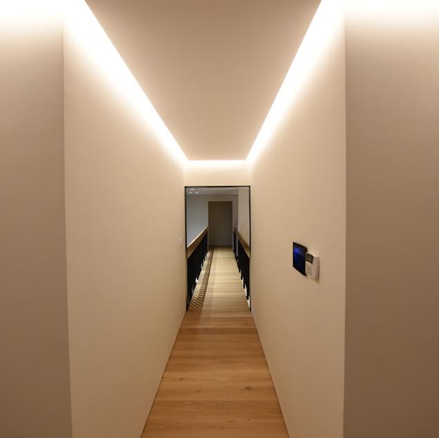 פס אור גבוה, מציף את המסדרון באור רך ולא-ישיר
