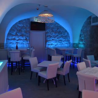 """מסעדת """"בלו-הול"""" בירושלים, החלל המרכזי. שלושה גוונים של אור כחול"""