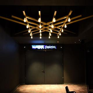 מבנה ייחודי של גופי התאורה, נוצר ועוצב במיוחד לאולם, על ידי ירון טל ועמיר ברנר