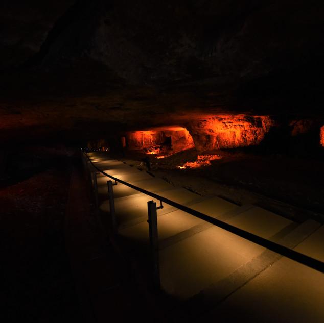שביל הולכי הרגל מקרוב, וברקע אור על קירות המערה