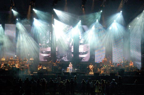 קרני אור לבנות ממוקדות למרכז הבמה - על האמן שמופיע.