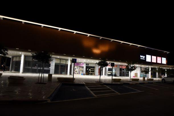 המרכז המסחרי - מבט מלפנים. כניסת החנויות מודגשת באור