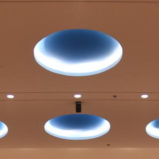 עיגולי האור בתקרה. גוף התאורה חבוי, ומקרין אור בלתי ישיר