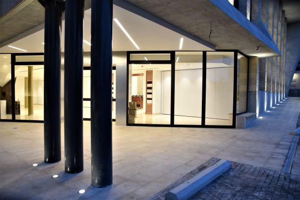לובי הכניסה לבית הכנסת. גופי תאורה שקועי-רצפה, וגופי תאורה שקועים בתקרה.