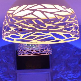 אהיל גדול, לבן, שבתחתיתו מעין-רשת לבנה היוצרת צלליות ושוברת את האור
