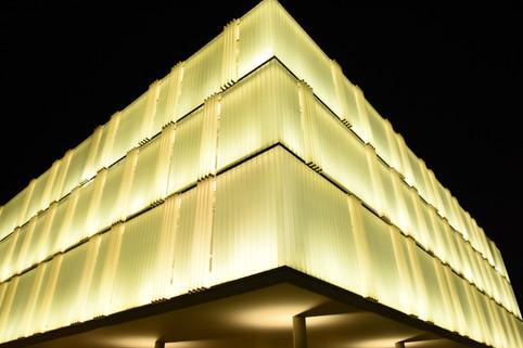 בית NIBN, אוניברסיטת באר-שבע. התאורה מתוך קונסטרוקציית המבנה החוצה