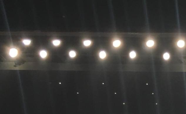 אורות הבמה הזוהרים