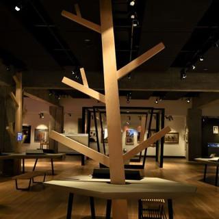 עץ מעוצב מואר בפינת הלומדה של הקומה
