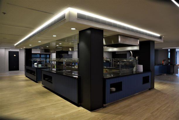 עמדת הגשת המזון, חדר האוכל המרכזי. גופי תאורה נסתרים, מדגישים את הקונסטרוקציה.