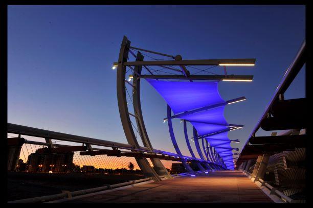 גשר הצינורות בבאר שבע, סוככי הבד בצבע כחול, גופי תאורה מוסתרים בקונסטרוקציה. צילום יוסי צווקר