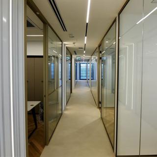 מסדרון המשרד. תאורה בהירה המשתלבת עם האדריכלות