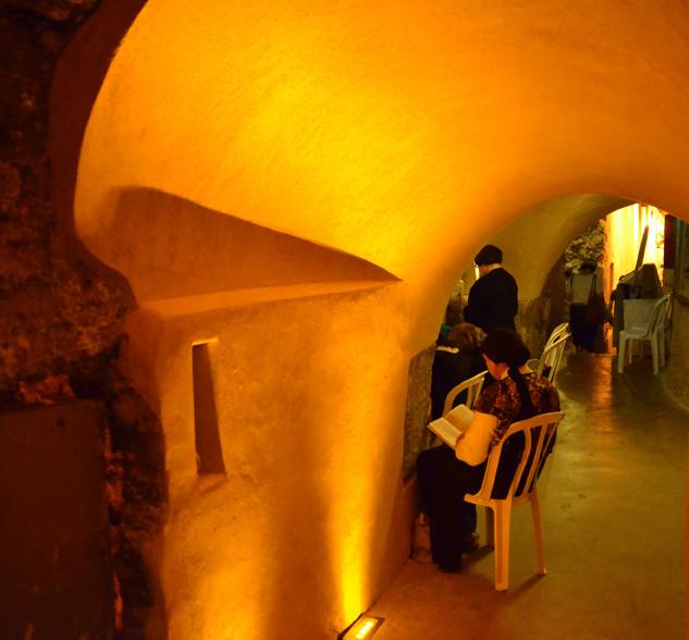 נשים מתפללות במחילות-הכותל  אור רך וזהוב מכיוון הרצפה