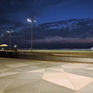 עמודי התאורה היחודיים ממוקמים במרחקים שווים, יוצרים מראה חדשני לטיילת, ומפזרים את האור בצורה אחידה על הרחבה