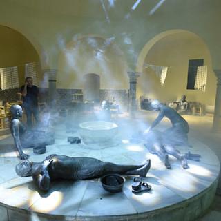 תצוגה של דמויות במרכז החמאם, אלומות אור הנוצרות מהאשדים הרבים שיש במקום