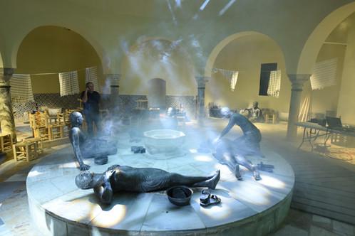 """אלומות אור, עשן ותפאורת-מיצג המדמה חמאם אמיתי עתיק,  ב""""חמאם-אל באשה"""" עכו. מרחץ טורקי"""
