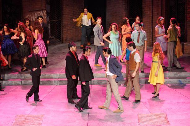 אור של אווירה ורדרד, במועדון הריקודים. כל הבמה שטופה באור.