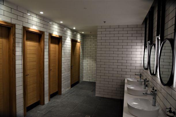 תאורה ספציסית מעל דלתות השירותים. אסטתיקה וקו נקי בעיניים