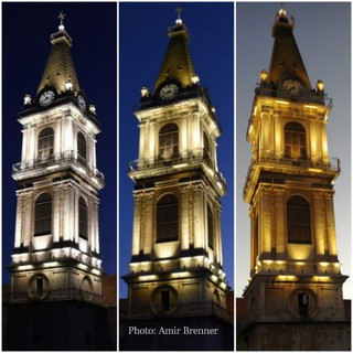קולאז תמונות של מגדל מנזר סן-סלוודור משעת בין-ערביים ועד לחשכה מוחלטת. האור על הבניין נראה בכל פעם בגוון מעט שונה.