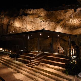 מתחם בריכת השילוח, קירות האבן מוארים, כך גם המדרגות