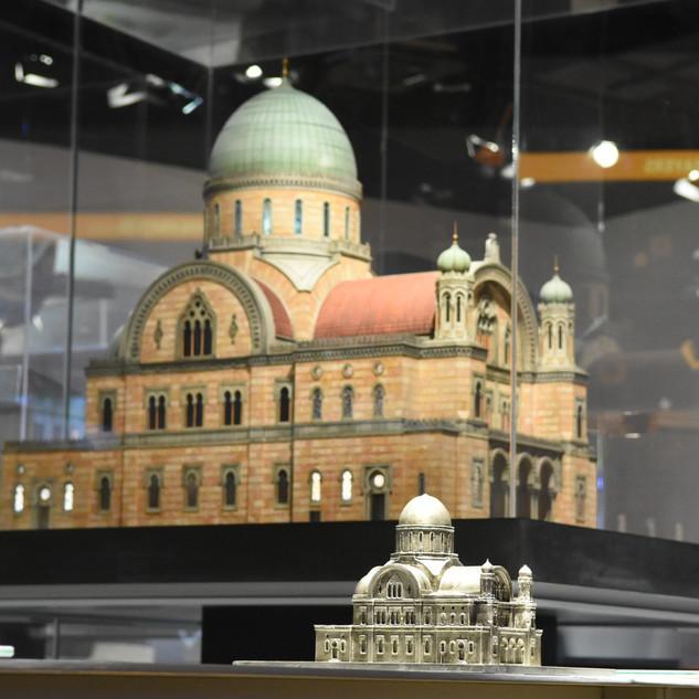 דגם בית כנסת בתוך תיבת זכוכית. הדגם מואר מבחוץ, על-ידי תאורת לד שאינה מסנוורת