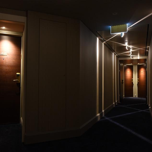 תאורה של דלת ומסדרון, מבט מהצד