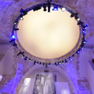 תקרת החלל המרכזי. גופי התאורה מוצבים בעיגול, במתאם למבנה העתיק