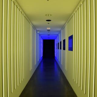 מסדרון של אור - בגוון של צהוב, ובעומק כחול