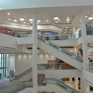 שתי קומות של הקניון. התאורה החלבית והרכה מוסיפה בהירות ותחושה נעימה לאווירה הכללית