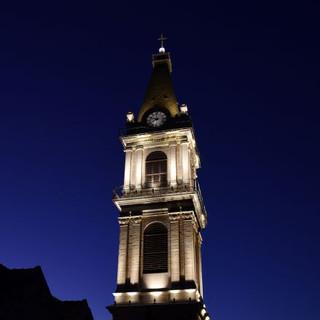 השמיים כהים, תאורת המגדל מודגשת.