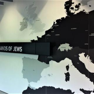 מפת אירופה על הקיר, תאורה בהירה