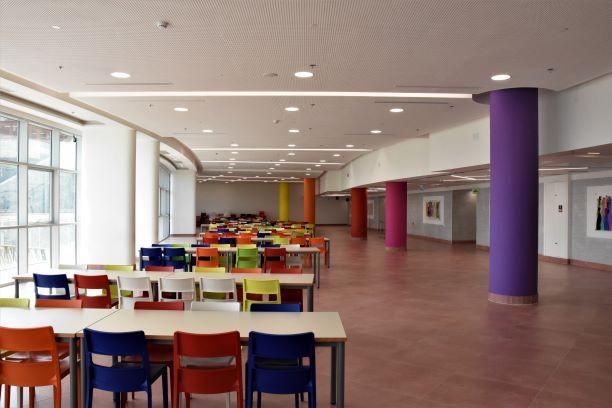 מתחם חדר האוכל. מעוצב בצבעוניות אופטימית. התאורה בהירה