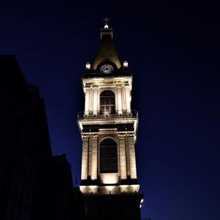 זווית מעט רחוקה של מגדל מנזר סן-סלוודור. האור מצייר את קווי המתאר של המבנה