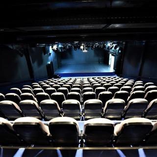 תאורת הבמה מושכת את פוקוס המבט לכיוונה. כיסאות האולם מוארים באור רך ולא מסנוור