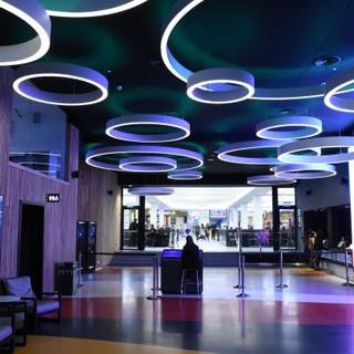 רחבת הכניסה לאולם הקולנוע, גופי התאורה משרים אור רך ומיוחד, ויוצרים אווירה.