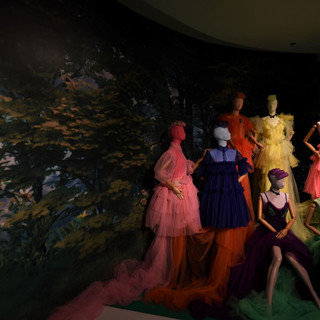 תאורה ממוקדת על שמלות. עיצוב: שחר אבנט