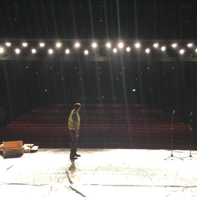 כיוון של שורת אורות הבמה הקדמיים