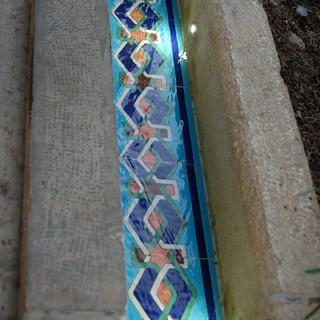 מבט על תעלת-המים העתיקה, גופי התאורה הזעירים הושקעו בקיר ומדגישים את האלמנטים העיצוביים