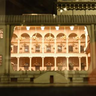 תצוגת פנים המבנה של דגם בית כנסת. גופי תאורה זעירים, מאירים את הדגם כמו במציאות