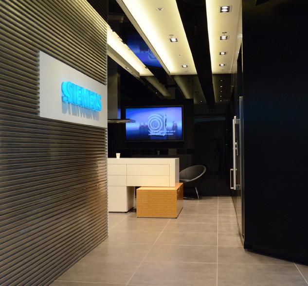 Corridor with recessed lighting fixtures