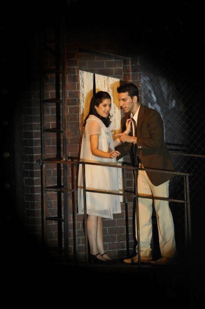 סצינת החלון המפורסמת של המחזמר. אור ממוקד על זוג הנאהבים