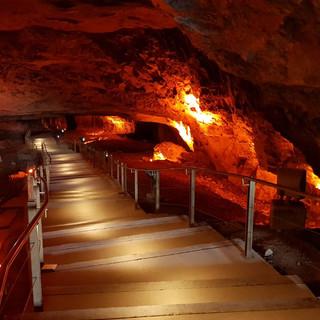 מדרגות מוארות היורדות אל בטן-המערה