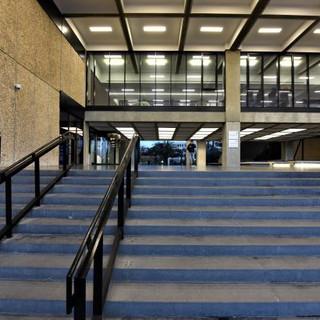 מדרגות הכניסה למבנה, מובילות אל איזור הכניסה - וגופי התאורה מייצרים ריבועי אור