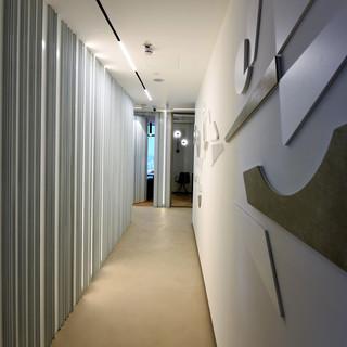קיר דקורטיבי, מסדרון בין חדרים, תאורה על הקיר ומהתקרה